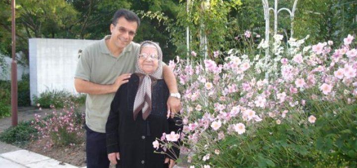 مادر ملکی در کنار فرزندش خسین ملکی
