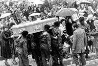 بابی ساندز، در پنجم ماه مه 1981 (15 اردیبهشت 1360) پس از 66 روز اعتصاب غذا در گذشت