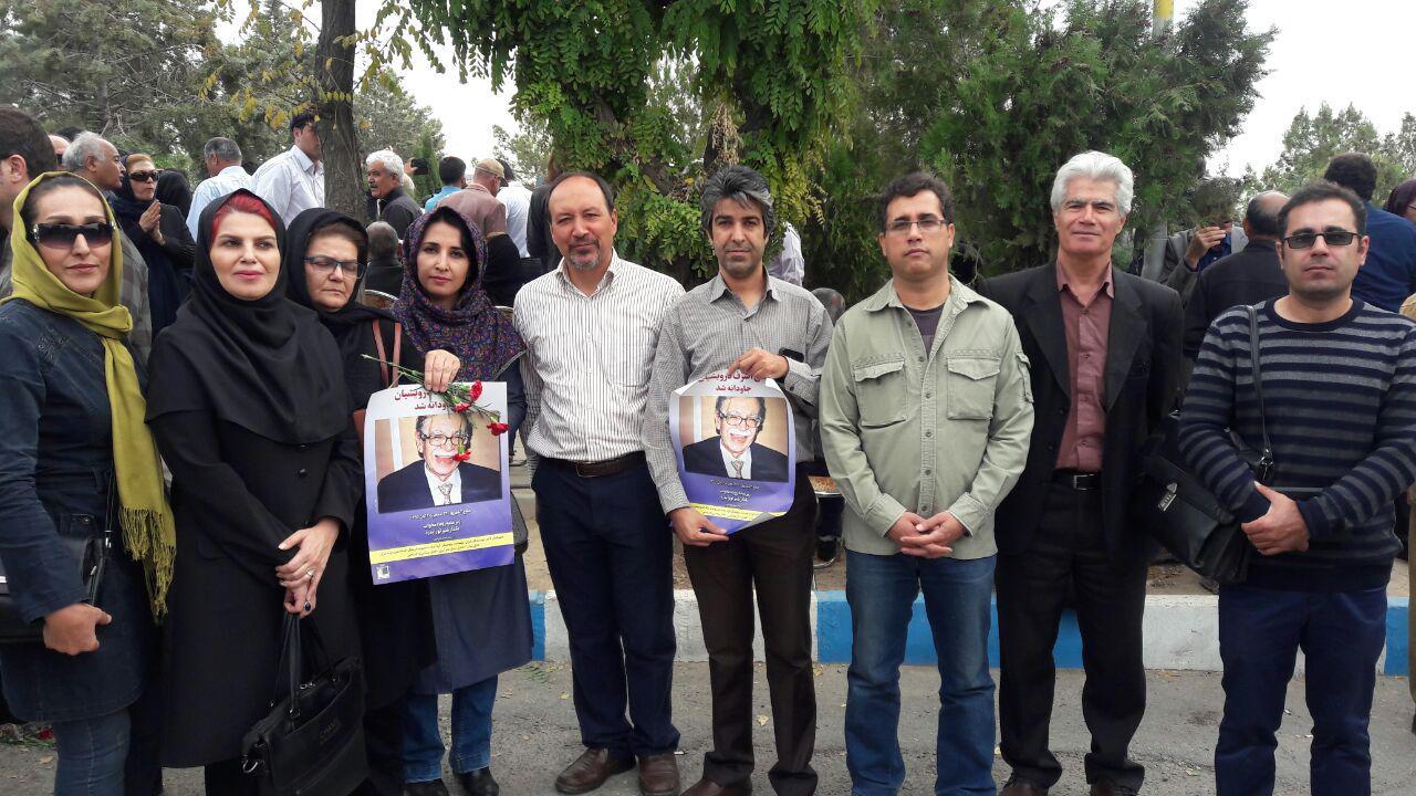 حضور جمعی از معلمان در مراسم خاکسپاری معلم و نویسنده متعهد و مردمی، علی اشرف درویشیان