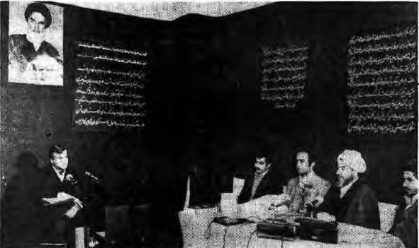 ـ 4ـ بیدادگاه عباس امیر انتظام (سمت چپ) حاکم شرع محمدی گیلانی (عکس منتشر شده در روزنامه جمهوری اسلامی، 9 فروردین 1360)ـ