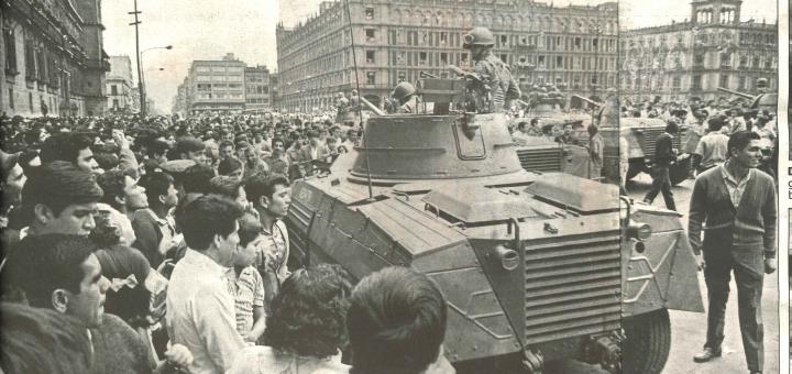 تظاهرات در ماه ژوئیه 1968 آغاز شد و بعدا وسیعتر گردید. اینجا دانشجویان در مکزیکوسیتی با خودروهای زرهپوش پلیس مواجه شدهاند.